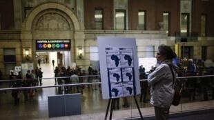 Une New-Yorkaise lisant des explications sur le virus Ebola données par l'hôpital Bellevue, le 23 octobre.