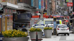 La policía sueca ha acordonado la calle peatonal de Drottninggatan donde tuvo el lugar el ataque.