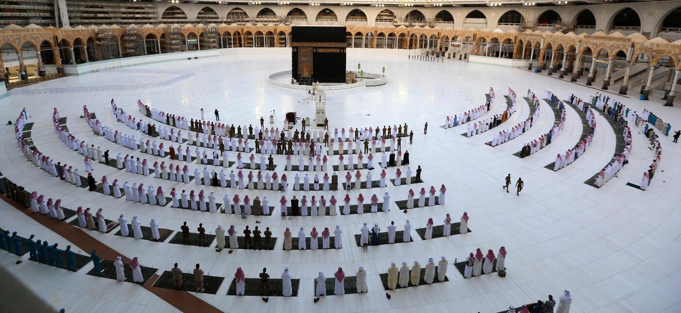 musulmans-rassemblesprierde-Aid-Fitr-autour-Kaaba-Mecque-Arabie-saoudite-24-2020_1_1400_644