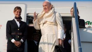 Papa Francis akiingia katika ndege kwenye Uwanja wa Ndege wa Fiumicino kwa ziara yake ya kihistoria katika nchi tatu za Afrika, Roma Septemba 4, 2019.