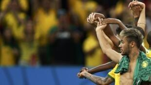 Neymar akiongoza sherehe baada ya kufuzu katika hatua ya robo fainali