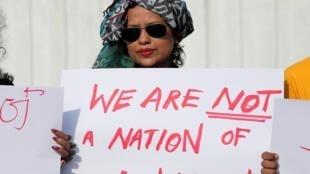 Des Sri Lankais protestent contre le rétablissement de la peine de mort à Colombo, la capitale, le 28 juin 2019.