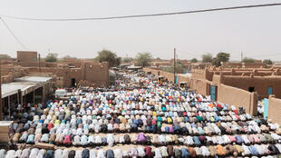 Al'ummar Musulmi yayin Salla, a babban Masallacin Juma'a na birnin Agadez dake Jamhuriyar Nijar.