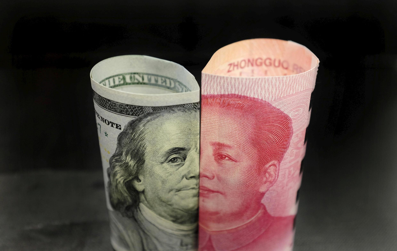 Ảnh minh họa: Giấy bạc 100 đô la Mỹ và 100 nhân dân tệ (yuan).