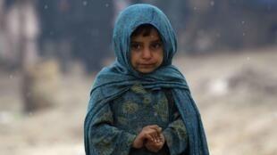 Une petite fille afghane vivant dans un camp de réfugiés, dans les rues de Kaboul, le 3 février 2013.