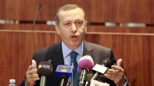 Le Premier ministre turc Recep Tayyip Erdogan à Alger, le 4 juin 2013.