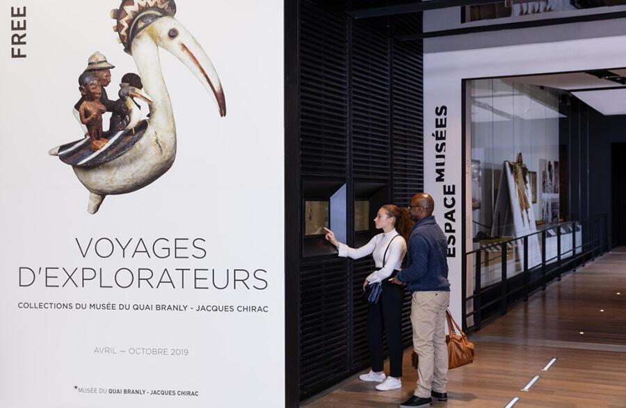 Detalle de la entrada a la exposición Voyages d'explorateurs.