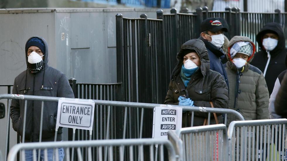 Người dân xếp hàng chờ làm xét nghiệm Covid-19, trước bệnh viện Elmhurst  tại thành phố New York, Hoa kỳ, ngày  26/03/2020.