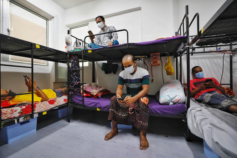 Một phòng cách ly vì Covid-19 dành cho lao động nhập cư tại Westlite Toh Guan, Singapore, ngày 07/04/2020.