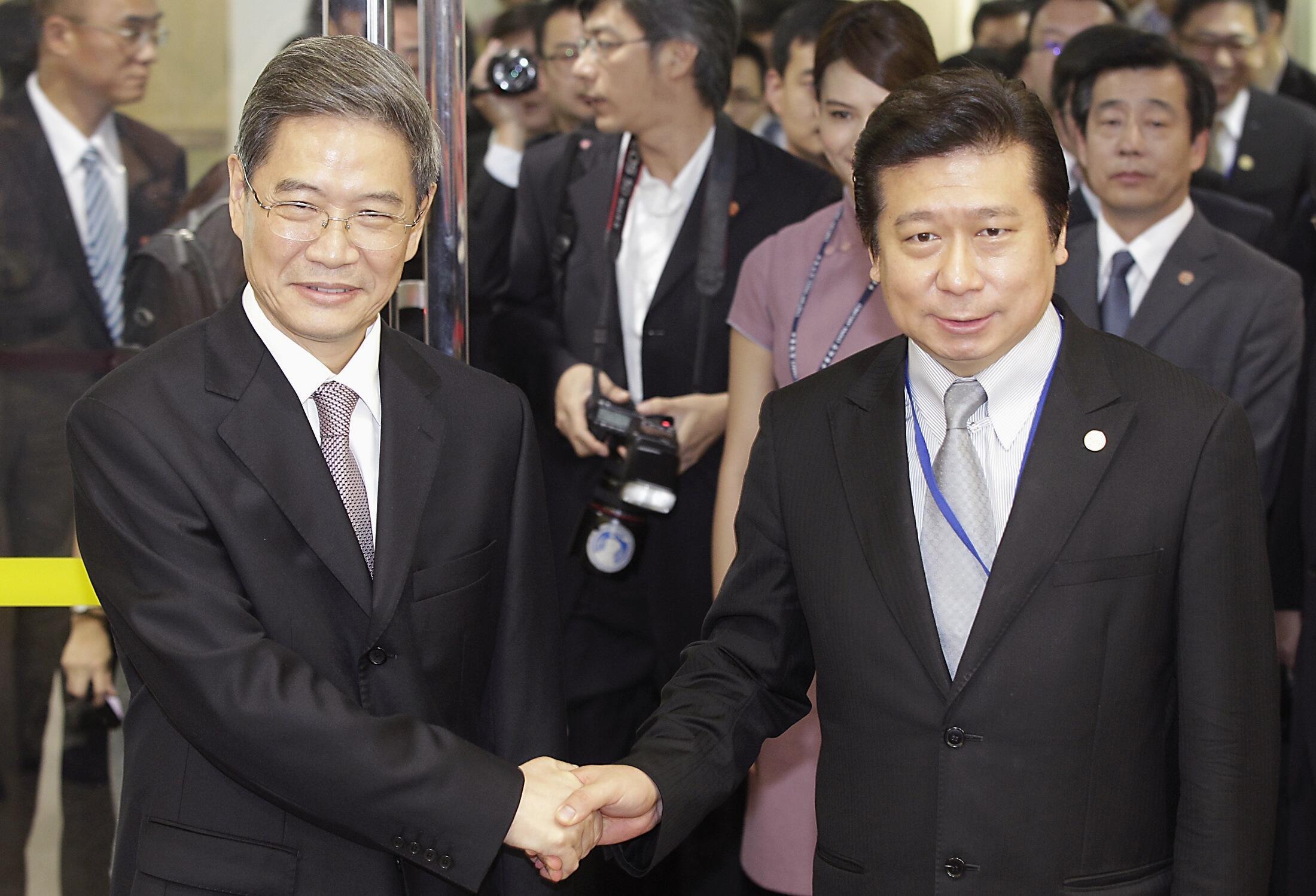 Ông Trương Hiển Diệu (phải) tiếp đón thứ trưởng ngoại giao Trung Quốc Trương Chí Quân tại Đài Loan ngày 25/06/2014.