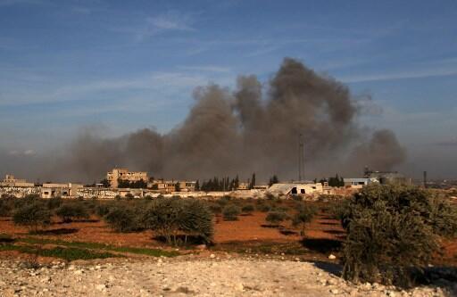 Khói bốc lên từ một trạm quan sát của Thổ Nhĩ Kỳ gần thành phố Idleb, Syria, bị oanh kích. Ảnh chụp ngày 20/02/2020