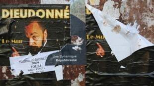 Des affiches du spectacle « Le Mur », de Dieudonné M'Bala M'Bala.