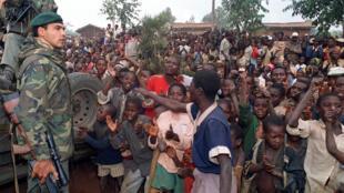 Des réfugiés hutus saluent les soldats français arrivant dans leur camp près de Butare, au Rwanda, le 3 juillet 1994.