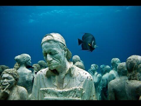 L'une des sculptures de Jason deCaires, au large de Cancun, au Mexique.