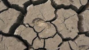 Mặt đất nứt nẻ tại tỉnh Vân Nam, Trung Quốc.