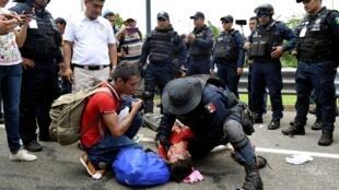 Операция по задержанию мигрантов из Центральной Америки в мексиканском муниципалитете Комитан-де-Домингес.