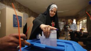Uma eleitora numa mesa de voto de Bagdad, neste dia 30 de Abril.
