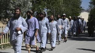Des prisonniers talibans libérés de la prison de Bagram, à 50 km de Kaboul, le 26 mai 2020.
