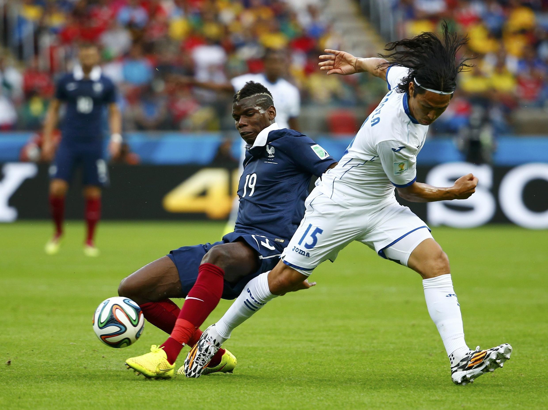 Cầu thủ Pháp Paul Pogba giành bóng với Roger Espinoza của Honduras - Reuters /Damir Sagolj