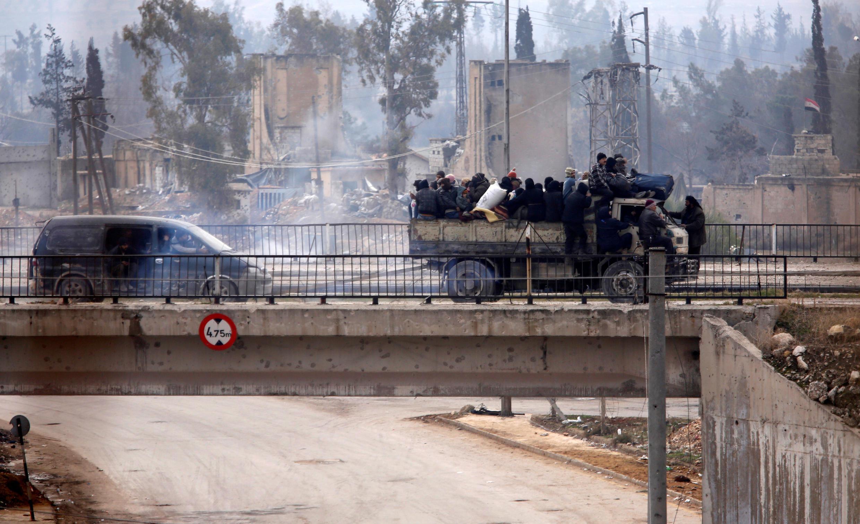 Người dân khu vực đông Aleppo, Syria được đưa đi di tản, ngày 16/12/2016.