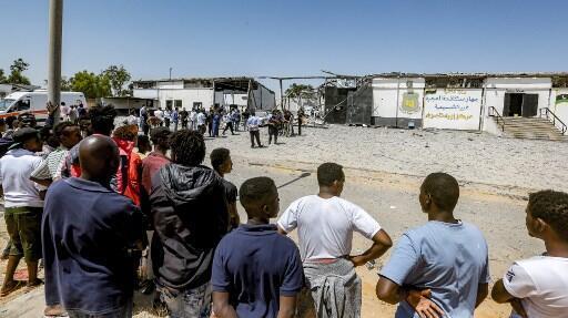 Des migrants à l'extérieur d'un centre de détention à Tripoli, le 3 juillet 2019 (illustration).