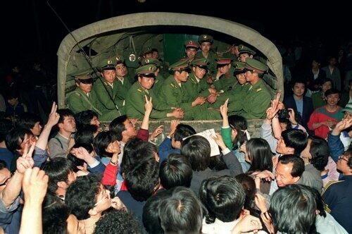 北京民眾阻攔戒嚴軍車進京資料圖片