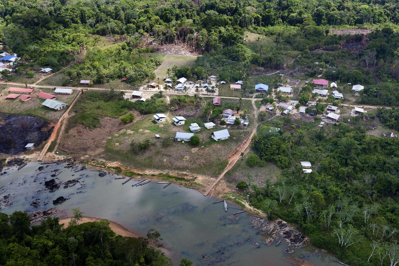 Un village près de Grand-Santi, en Guyane. La commune de Grand-Santi est située le long de la rivière Lawa, qui devient plus bas le fleuve Maroni, seule voie d'accès à la ville avec les airs.