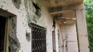 O hotel «Byblos» com os impactos de balas.