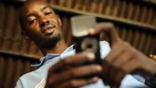 Jeff Gasana a fondé la société rwandaise SMS Media qui commercialise des cartes mobiles prépayées pour de l'électricité. En 2009, 40%  des Rwandais achetaient leur électricité par ce service.
