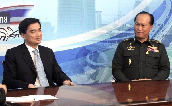 El primer ministro tailandés Abhisit Vejjajiva junto al jefe del Ejército Anupong Paochinda.