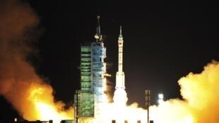 Lancement du vaisseau chinois «Shenzhou VIII» au cente de Jiuquan dans le désert de Gobi, le 1er novembre 2011.