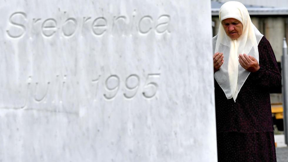 Wata mata yayin addu'a ga 'yan uwanta Musulmi da aka yiwa kisan kare dangi a garin Srebrenica dake Mexico shekaru 25 da suka gabata.