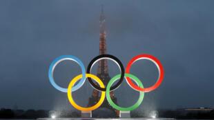 به دنبال گزینش پاریس به عنوان میزبان بازیهای المپیک تابستانی ٢٠٢٤، از چیدمان حلقههای المپیک که در کنار برج ایفل نصب شده است، پرده برداری شد - ١٣ سپتامبر ٢٠١٧/ ٢٢ شهریور ١٣٩٦