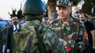 رجب طیب اردوغان رئیس جمهوری ترکیه حین بازدید از نیروهای این کشور در شمال سوریه