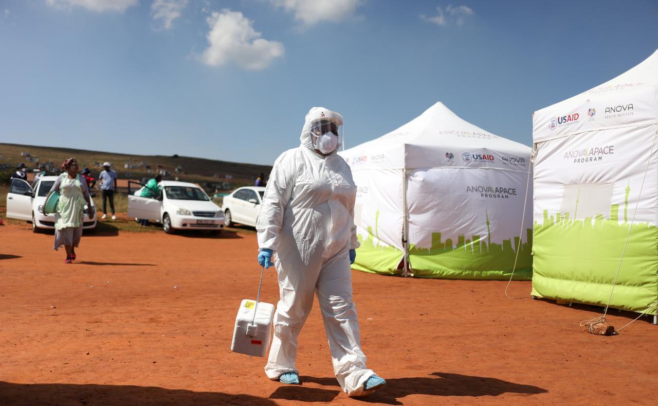 Daya daga cikin likitocin kasar Afrika ta Kudu a harabar cibiyar gwajin cutar coronavirus dake garin Lenasia. 21/4/2020.
