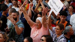 Des manifestants réclament l'égalité entre hommes et femmes pour l'héritage, à Tunis, le 13 août 2018.