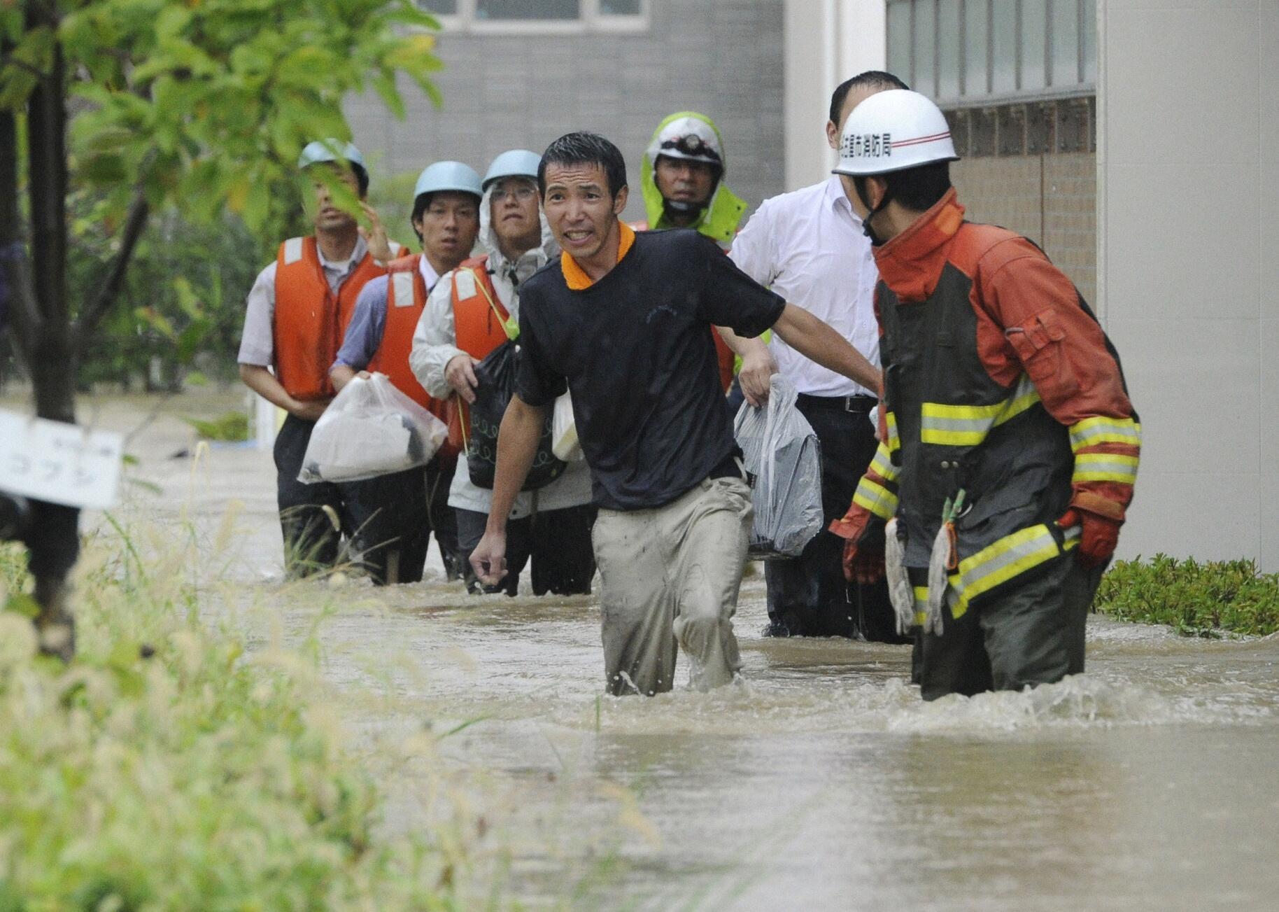 Fortes chuvas antes da chegada do tufão Roke ao Japão.