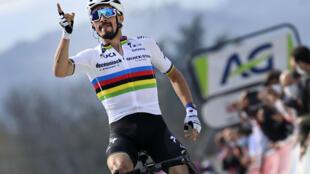 Le champion du monde, le Français Julian Alaphilippe, vainqueur de la Flèche Wallonne, le 21 avril 2021 au sommet du mur de Huy