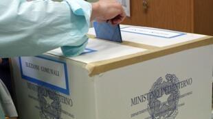 Cử tri Ý được kêu gọi đi bỏ phiếu trong cuộc bầu cử cấp vùng và thành phố - REUTERS /Giampiero Sposito