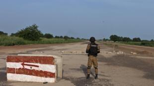 Un gendarme garde une position près du camp Naaba Koom, le 29 septembre 2015.