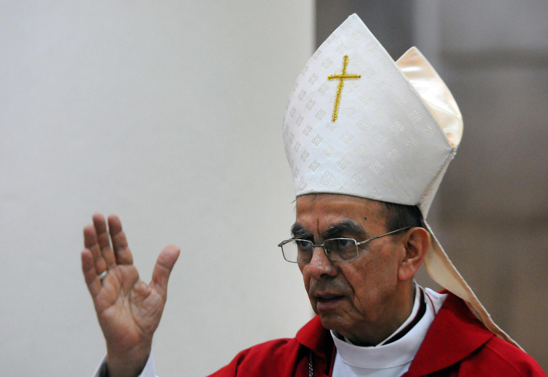 El obispo auxiliar de San Salvador Gregorio Rosa Chávez, defensor de una iglesia en favor de los pobres, recibió este domingo con sorpresa su próximo nombramiento como cardenal, el primero de la Iglesia salvadoreña.