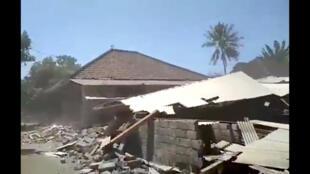 Escombros y polvareda tras el derrumbe de un edificio provocado por el terremoto. Lombok, Indonesia, 19 de agosto de 2018.