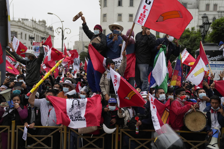 Pérou, le 12 juin: dans l'attente des résultats du second tour de la présidentielle, les partisans des deux candidats ont investi les rues de Lima samedi. Ici les supporters du candidat de gauche, Pedro Castillo.
