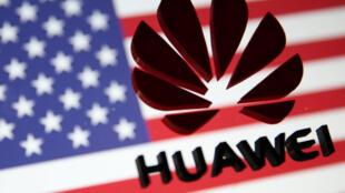 ស្លាកសញ្ញា3D របស់ Huawei ត្រូវបានដាក់នៅលើកញ្ចក់ពីមុខទង់ជាតិរបស់ អាមេរិក និងសហភាពអឺរ៉ុប។