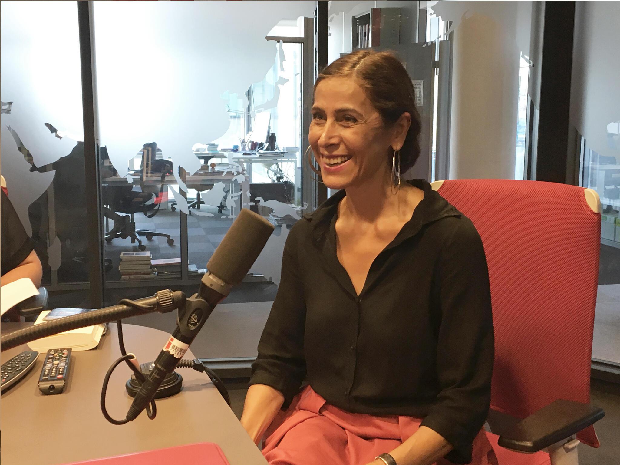 نهال تجدد، نویسنده ایرانی در استودیو رادیو بینالمللی فرانسه