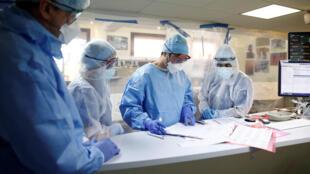 2020-04-15 france coronavirus hospital doctor nurse