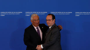 El Primer ministro de Portugal, Antonio Costa, da la bienvenida al presidente francés, François Hollande, antes del inicio de la Cumbre de los países de Europa del Sur, Lisboa, el de 28 enero 2017