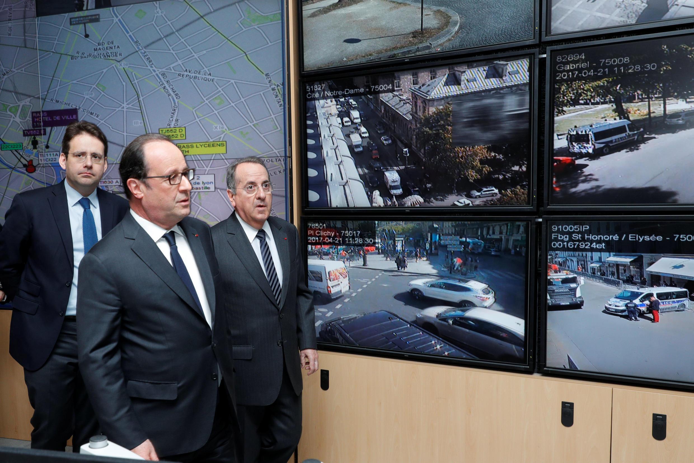 Франсуа Олланд (в центре) в отделении полиции на следующий день после стрельбы на Елисейских полях