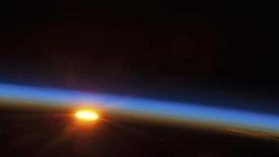 El sol se apresta a mostrarse sobre el Oceano Pacífico Sur, el 5 de mayo. Foto sacada desde la Estación Espacial Internacional.