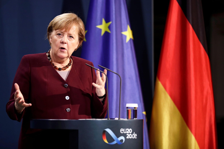 La canciller alemana Angela Merkel ofrece una conferencia de prensa después de participar en la cumbre del G20, el 22 de noviembre de 2020 en Berlín